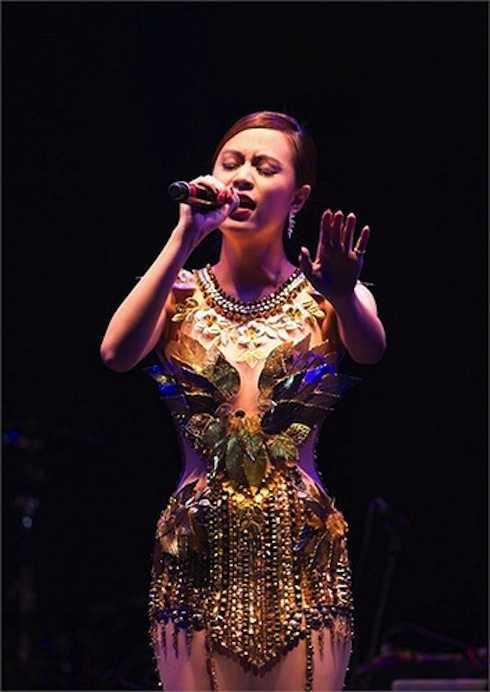 Một bộ đầm ánh kim trong veo gây 'sốt' tại một sự kiện âm nhạc.