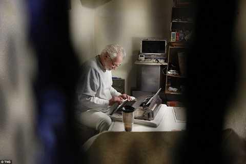 Một phạm nhân ngồi đánh máy chữ trong nhà tù