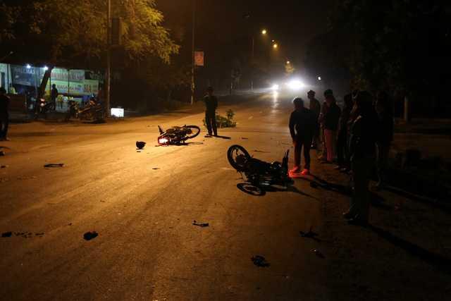 Hai chiếc xe với nhiều mảnh vỡ và đồ đạc của các nạn nhân văng vương vãi, 4 nạn nhân đã được đưa đi cấp cứu.