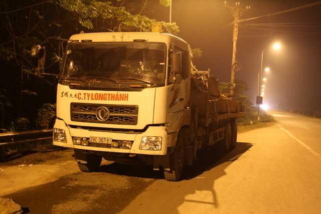 Chiếc xe tải bị người dân truy đuổi vì nghi có liên quan đến vụ tai nạn.