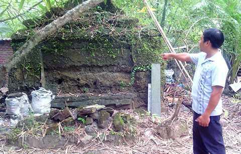 Anh Vũ bên cạnh ngôi mộ cổ gần như còn nguyên vẹn.