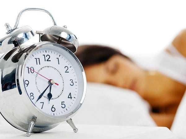Nhấn nút tạm dừng chuông báo thức: Điều quan trọng là phải thức dậy ngay khi chuông báo thức reo vào buổi sáng. Thức dậy và dí vào nút báo lại có nghĩa là bạn đang ngủ giấc ngủ bị gián đoạn, có nghĩa là nhiều căng thẳng và không tốt.