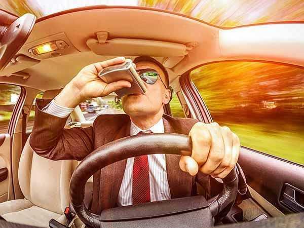 Không đếm đã uống bao nhiêu rượu: Bạn không đếm số lượng rượu bạn tiêu thụ gây hại cho sức khỏe. Uống nhiều hơn mức cần thiết sẽ chỉ dẫn đến nguy cơ xơ gan và huyết áp cao.