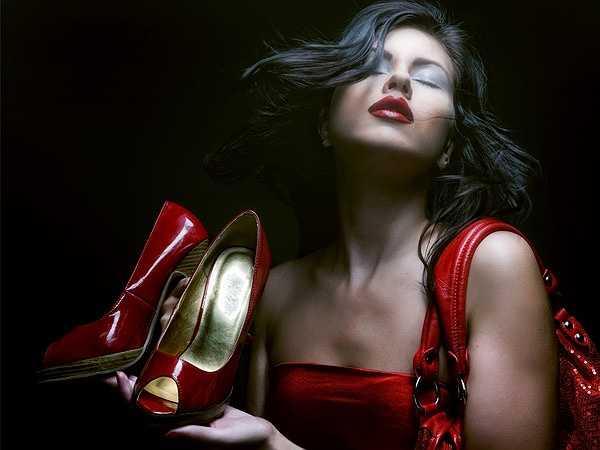 Đi giày dép không thoải mái: Đi giày dép liên quan đến cột sống của bạn. Điều quan trọng là phải luôn luôn mang giày thoải mái vì nó đóng một vai trò trong việc giữ cơ thể khỏe mạnh.