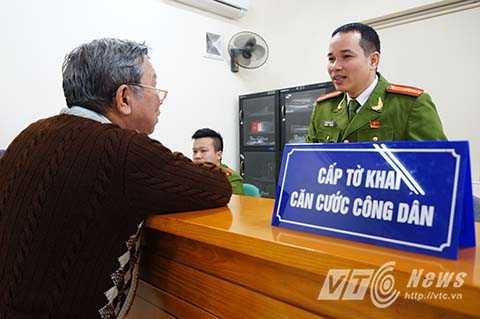 Theo Luật Căn cước công dân có hiệu lực từ 1/1/2016, tất cả công dân Việt Nam từ 14 tuổi trở lên sẽ được cấp thẻ căn cước 12 số.  Đây là giấy tờ tùy thân, thể hiện thông tin cơ bản về lai lịch, nhận dạng của công dân Việt Nam, được sử dụng trong các giao dịch trên lãnh thổ Việt Nam.