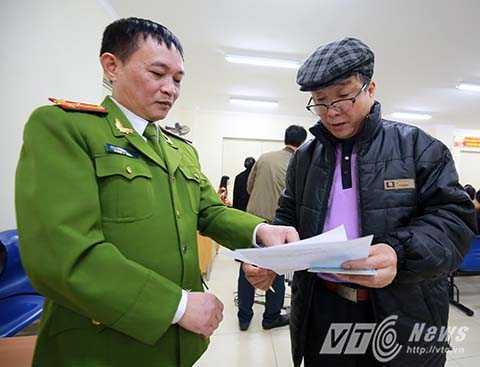Đợt cấp thẻ căn cước công dân đầu tiên trên cả nước diễn ra tại Hà Nội vào ngày 1/1/2016. Theo thượng tá Nguyễn Danh Quảng, Phó trưởng phòng Cảnh sát Quản lý hành chính về trật tự <a href='http://vtc.vn/xa-hoi.2.0.html' >xã hội</a>, Công an Hà Nội, đơn vị đã tập huấn cho hơn 200 cán bộ chiến sĩ thuộc các quận, huyện tại 31 điểm của thành phố về việc cấp loại thẻ mới này.
