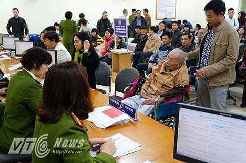 Trong đó, đặc biệt nhất là trường hợp của cụ Nguyễn Hữu Tâm (90 tuổi), do tuổi cao sức yếu nên được lực lượng chức năng ưu tiên hướng dẫn làm các thủ tục cấp mới thẻ căn cước.