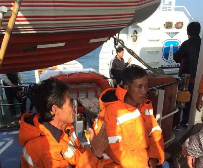 Hai thuyền viên của  tàu 1800 HP được cứu sống - Ảnh: Vietnam MRCC