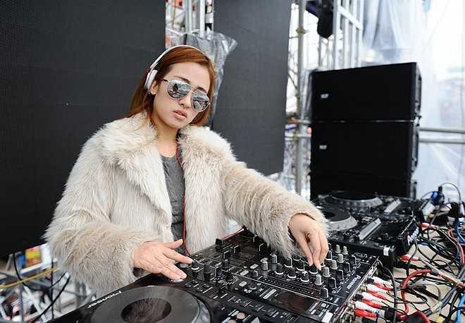 Kể từ sau khi tham gia chương trình Hoà âm ánh sáng (The Remix) cùng đội với Sơn Tùng M-TP, cuộc sống của Trang Moon dần thay đổi và bận rộn hơn trước. 9X tiết lộ, hầu như ngày nào cô cũng có hợp đồng biểu diễn ở Hà Nội và các địa phương. 9h sáng, nữ DJ tổng duyệt bên hồ Hoàn Kiếm cho một chương trình nghệ thuật.