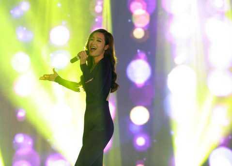 Trong đêm nhạc, Đông Nhi trở thành tâm điểm với các ca khúc sôi động như Boom Boom, Shake the Rhythm, Tỏa sáng những giấc mơ...