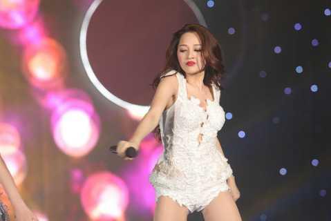Single Lần đầu mới phát hành của cô cũng nhận được sự hưởng ứng khá tích cực từ người hâm mộ. Điều này khiến Bảo Anh thêm vững tin vào hướng đi của cô trong tương lai.