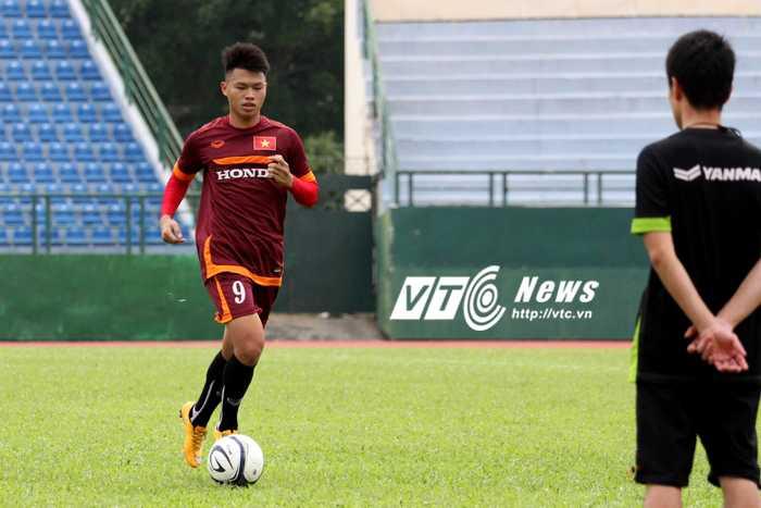 Nhưng vì chấn thương, phần lớn thời gian tập trung U23 Việt Nam, Văn Thành phải tập riêng với chuyên gia vật lí trị liệu Shinichi (ảnh: H.T)