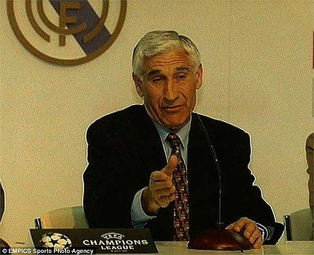 Vị HLV thứ 5 làm việc ở Real Madrid kể từ mùa 1992-93 là Arsenio Iglesias. Ông tạm thời được bổ nhiệm chiếc ghế thuyền trưởng ở Bernabeu trong vòng 5 tháng