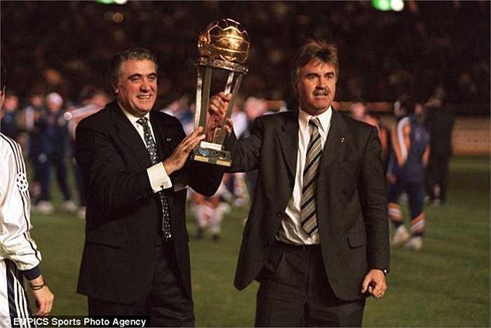 Đầu mùa 1998-99, Real Madrid mời Guus Hiddink về làm HLV. Lúc này, nhà cầm quân người Hà Lan vừa có một kỳ World Cup khá thành công cùng Cơn lốc màu da cam. Tuy nhiên ông đã ra đi chỉ sau 7 tháng tại vị