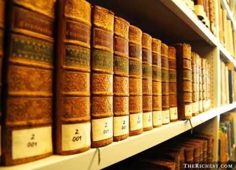 Đầu tiên phải kể đến những cuốn Bách khoa toàn thư dày cộp với hàng nghìn trang sách để tra cứu. Đến nay, người ta đã biết đến nhiều hơn khái niệm Wikipedia - bách khoa toàn thư online mở và mọi người đều có thể thay đổi nội dung. Rõ ràng, so sánh giữa sự gọn nhẹ và có thể truy cập mọi nơi có mạng Internet của Wikipedia, những cuốn Bách khoa toàn thư cổ xưa không thể tồn tại.