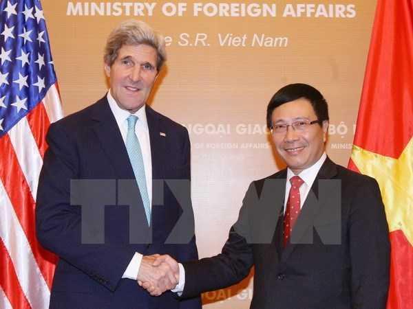 Phó Thủ tướng, Bộ trưởng Ngoại giao Phạm Bình Minh và Ngoại trưởng Hoa Kỳ John Kerry trong cuộc gặp năm 2013 tại Hà Nội