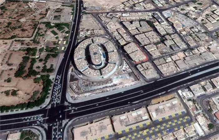 Holiday Villa nằm ở góc ngã tư đường Rawdat Al Khail và C.Ring của trung tâm thủ đô Doha, cách sân bay quốc tế Hamad chỉ 15 phút.