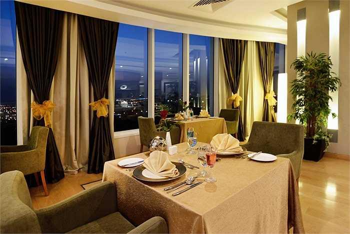 Holiday Villa hướng tới đối tượng khách hàng quốc tế nên có nhiều phòng ăn.