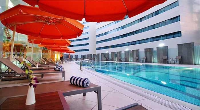 Khu bể bơi của khách sạn.