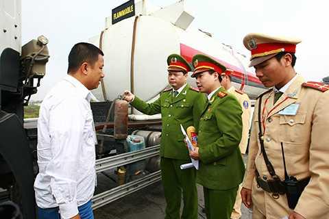 Trong sáng ngày 6/1, Cục Cảnh sát Phòng cháy, Chữa cháy và Cứu hộ, Cứu nạn ra quân kiểm tra an toàn PCCC trên các phương tiện giao thông