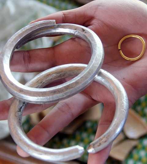 Một số vòng vàng và bạc gia đình giữ lại làm kỷ niệm