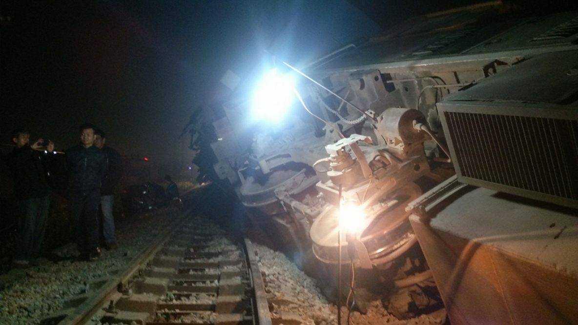 Vụ tai nạn nghiêm trọng khiến tàu hoả lật nghiêng.