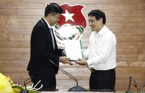 Bí thư thứ nhất TƯ Đoàn Nguyễn Đắc Vinh trao quyết định cho ông Phan Tuấn Tú