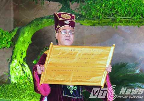 Tuyên đọc chúc văn tưởng niệm và tri ấn công đức của Trạng Trình Nguyễn Bỉnh Khiêm - Ảnh MK
