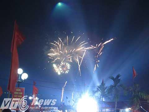 Kết thúc chương trình là màn bắn pháo hoa và hiệu ứng ánh sáng lung linh, huyền ảo, rực sáng bâu trời đêm Khu di tích Quốc gia đặc biệt - Đền thờ Danh nhân văn hóa Trạng trình Nguyễn Bỉnh Khiêm - Ảnh MK