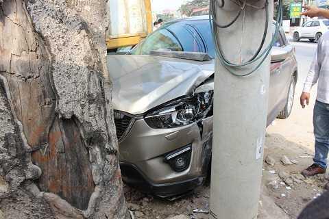 Xe CX5 tông vào gốc cây ven đường