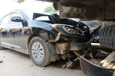 Đầu xe Hyundai Avante nát bấn