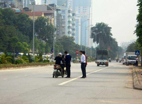 Tư vấn trực tiếp giữa long đường mà không hề quan tâm tới vi phạm an toàn giao thông