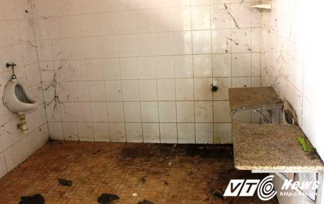 Một nhà vệ sinh bám đầy mạng nhện, bụi bẩn tại khu khán đài sóng nhạc.