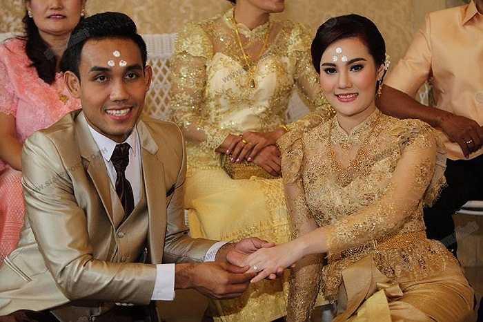 Teerasil Dangda, tiền đạo xuất sắc nhất bóng đá Thái Lan hiện nay, vừa tổ chức đám cưới với bạn gái lâu năm của mình.