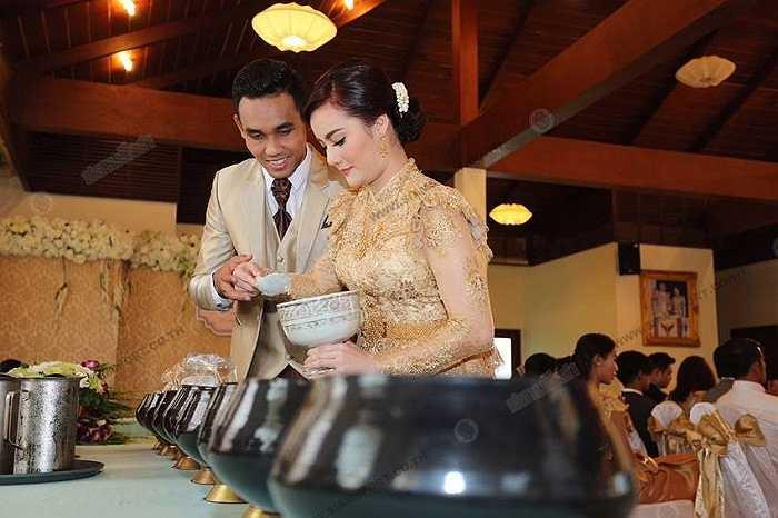 Cặp đôi này đã yêu nhau 6 năm và Dangda quyết định ngỏ lời cầu hôn và được nàng chấp thuân.