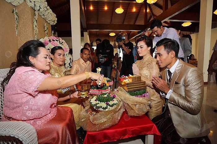 Lễ cưới được tổ chức theo kiểu truyền thống của Thái Lan.