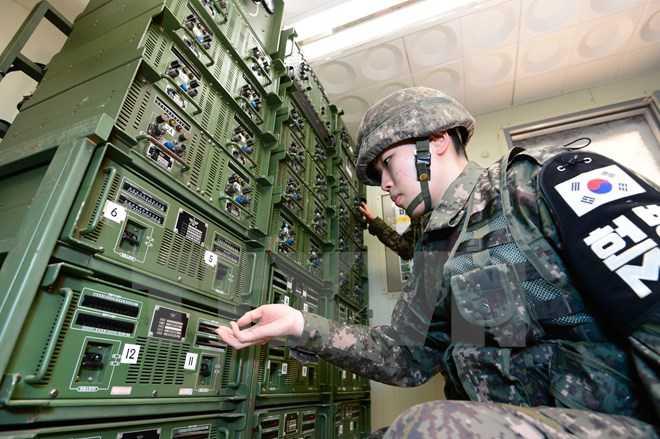 Binh sỹ Hàn Quốc điều chỉnh các thiết bị để nối lại chương trình phát thanh