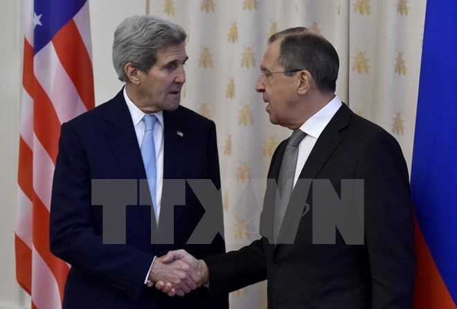 Ngoại trưởng Nga Sergei Lavrov (phải) và Ngoại trưởng Mỹ John Kerry. (Nguồn: AFP/TTXVN)