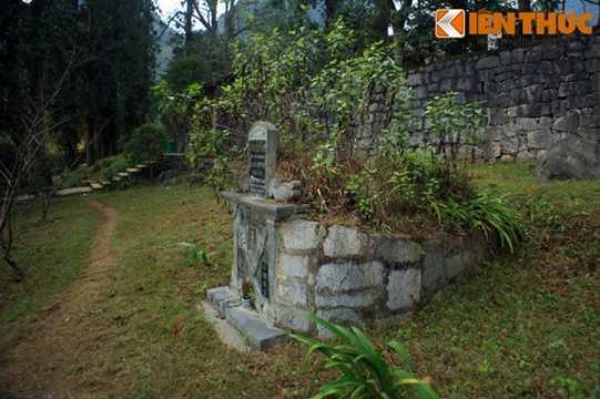 Cạnh lối vào khu dinh thự Vua Mèo nổi tiếng ở cao nguyên đá Đồng Văn có một ngôi mộ được xây cất bằng đá theo lối cổ của người H'Mông trong vùng.