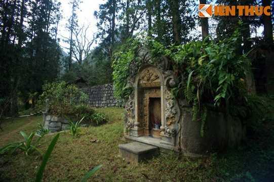 Cạnh mộ Vua Mèo Vương Chí Sình có mộ người vợ thứ ba của ông là bà Trương Mỹ Thuận.