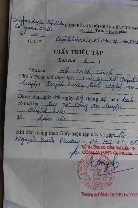 Trong khi cung cấp tài liệu cho phóng viên, vô tình giấy triệu tập bị lộ đang nằm trong tay Hạt trưởng Hạt kiểm lâm huyện Quỳnh Lưu