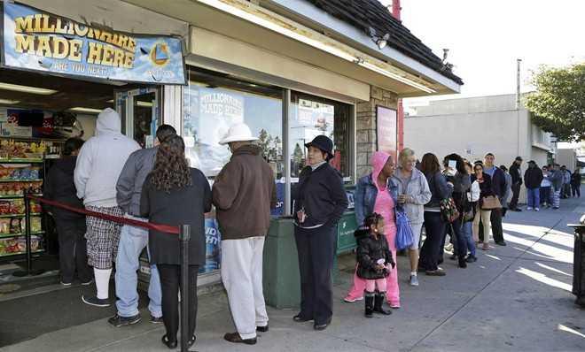 Người dân ở bang California, Mỹ, xếp hàng dài chờ đợi mua vé số hôm 8/1. Ảnh: AP