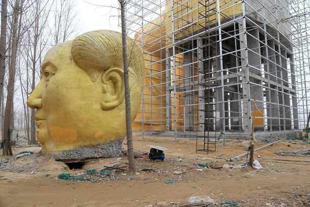 Phần đầu bức tượng bị phá bỏ