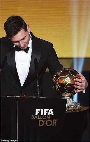 Trong khoảnh khắc lần thứ 5 đoạt QBV FIFA, Messi nhiều lần mân mê danh hiệu này trong tay