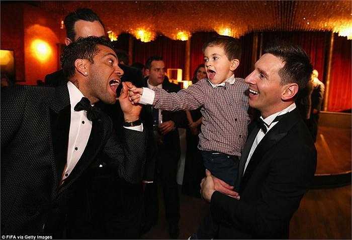 Messi bế con trai Thiago chia vui cùng các đồng đội