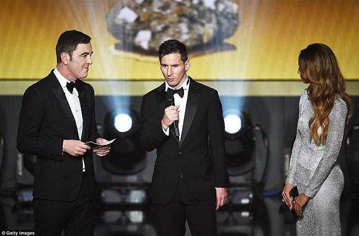 Sau khi nhận giải, Messi cho biết: 'Thật đặc biệt khi trở lại sân khấu mà tôi đã phải chứng kiến Cristiano (Ronaldo) nhận giải trong 2 năm qua. Thật khó tin khi đây là Quả bóng vàng thứ 5 của tôi, nó còn hơn cả những gì tôi mơ khi còn nhỏ'