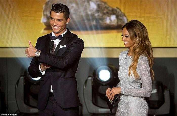 Ronaldo ra dấu chúc mừng 'người chiến thắng danh hiệu QBV FIFA 2015'
