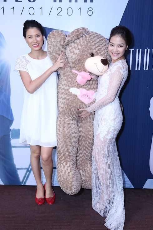 Trang Trần ôm gấu bông khổng lồ đến chúc mừng người bạn thân.