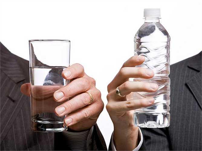 Uống nhiều nước: Uống nhiều chất lỏng trong ngày. Chất lỏng như nước ép cam quýt và nước sẽ giúp giữ cho bụng có cảm giác no, do đó ngăn cản bạn ăn quá nhiều và tăng cân.