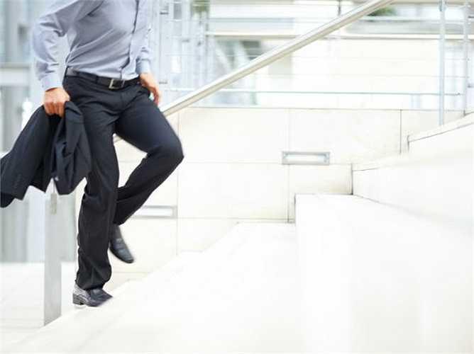 Hãy đi cầu thang bộ: Bất cứ khi nào bạn có thể đi thang bộ thay vì thang cuốn hoặc thang máy. Leo lên cầu thang là một cách đơn giản và tốt nhất để giữ cho trọng lượng dưới sự kiểm soát, ngăn ngừa béo phì.